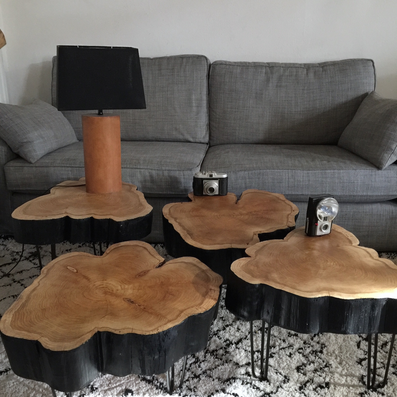 rondin de bois table de chevet diy une table avec des rondins de bois par sophie ferjani le. Black Bedroom Furniture Sets. Home Design Ideas